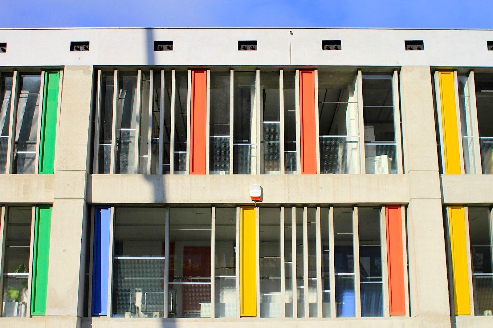 Maison de la Culture. Die vertikalen Fensteröffnungen sind vom Architekten und Musiker Iannis Xenakis konzipiert worden. Sie stellen durch ihre Abstände und Variationen Klänge dar.