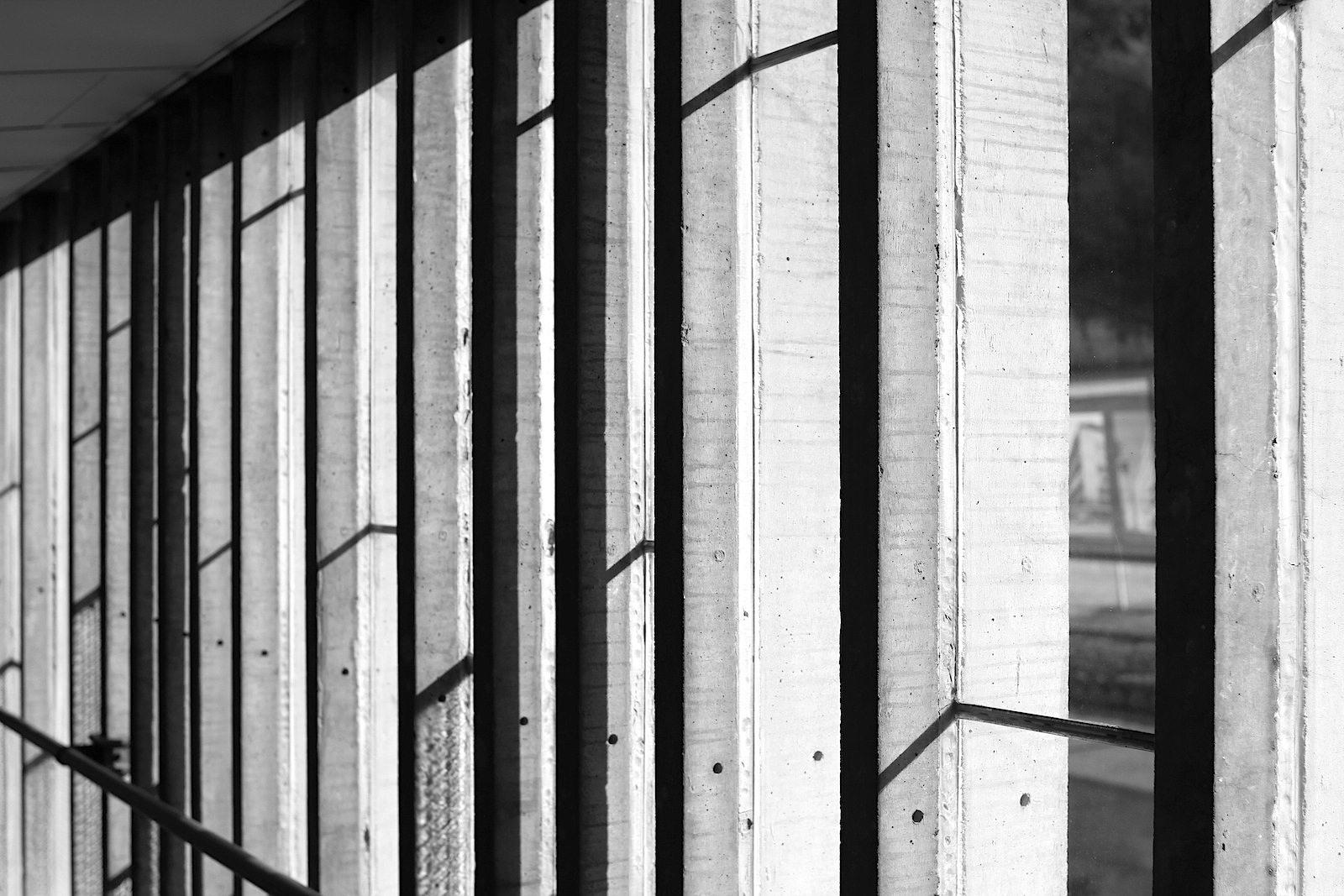 Maison de la Culture. Die von Iannis Xenakis konzipierten Fenster sind in ihrer Anordnung Tönen nachempfunden.