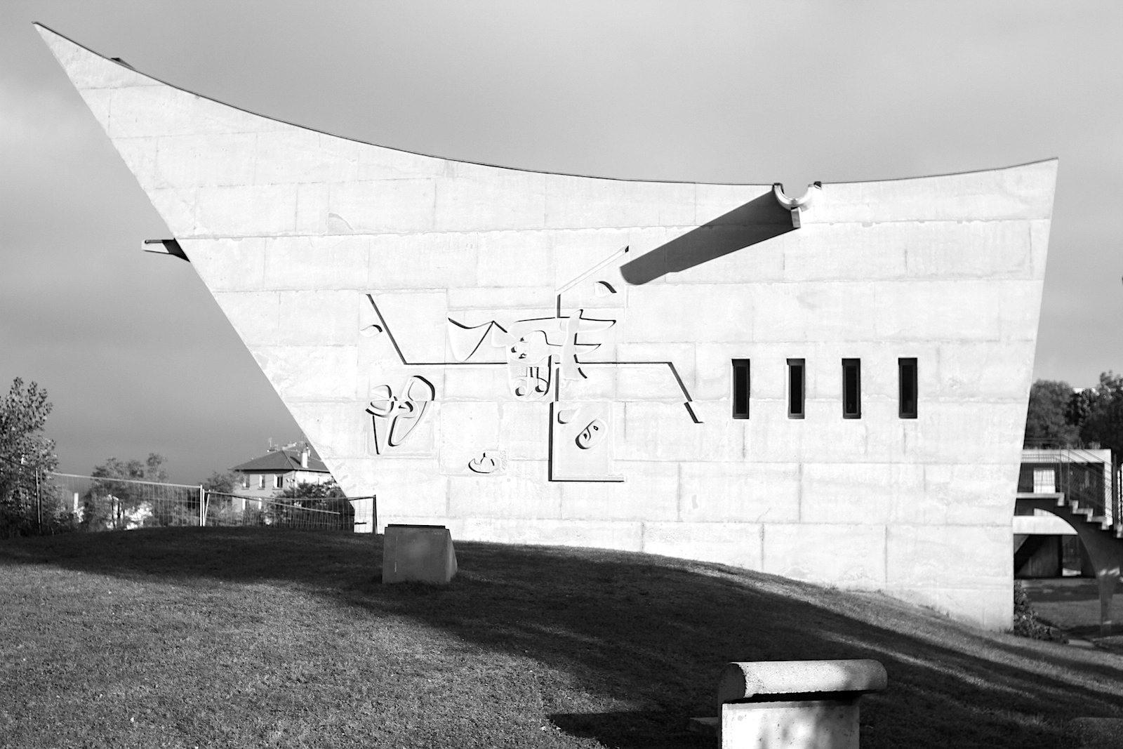 Maison de la Culture. Das einzige Le Corbusier-Gebäude seiner Art in Europa beherbergt einen Konzert-und Theatersaal, Bibliothek, Arbeitsräume und Büros.