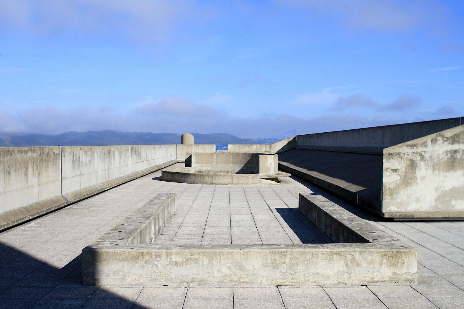 """Unité d'Habitation. Bis dahin können Le Corbusier-Interessiert und -Fans nur in Führungen in die Musterwohnung, die Schulgeschosse und auf die Dachterrasse. Hier kann man über den Ausspruch des Baumeisters sinnieren: """"Sonne, Raum, Grünflächen: Versprechen, die gehalten werden sollen."""" –Aus """"Modulor 1"""", bei DVA."""
