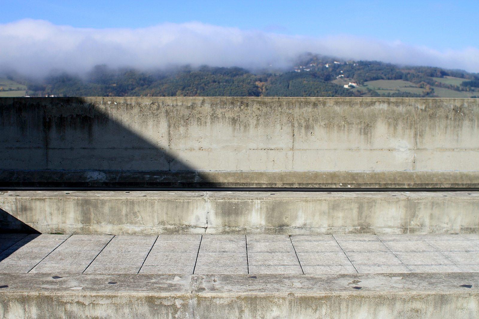 Elemente. Auf dem Dach der Unité d'Habitation: Beton, Le Corbusiers Lieblingsmaterial und die Natur von Firminy, einer Kleinstadt unweit der Loire-Quellen und in unmittelbarer Nähe der großen Industriestadt Saint-Etienne.