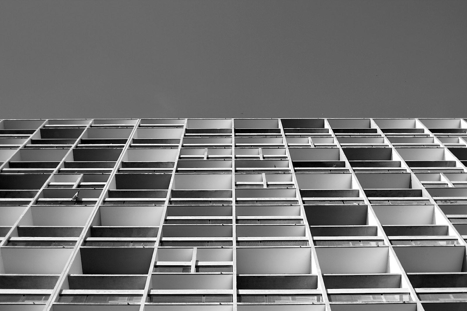 """Unité d'Habitation. In ihrer Effizienz und Massenproduktion sind Le Corbusiers """"vertikale Städte"""" Vorläufer der Plattenbauten. Seine erste Unité wurde 1952 in Marseille fertiggestellt. Insgesamt wurden 5 gebaut, eine im Berliner Ortsteil Westend."""