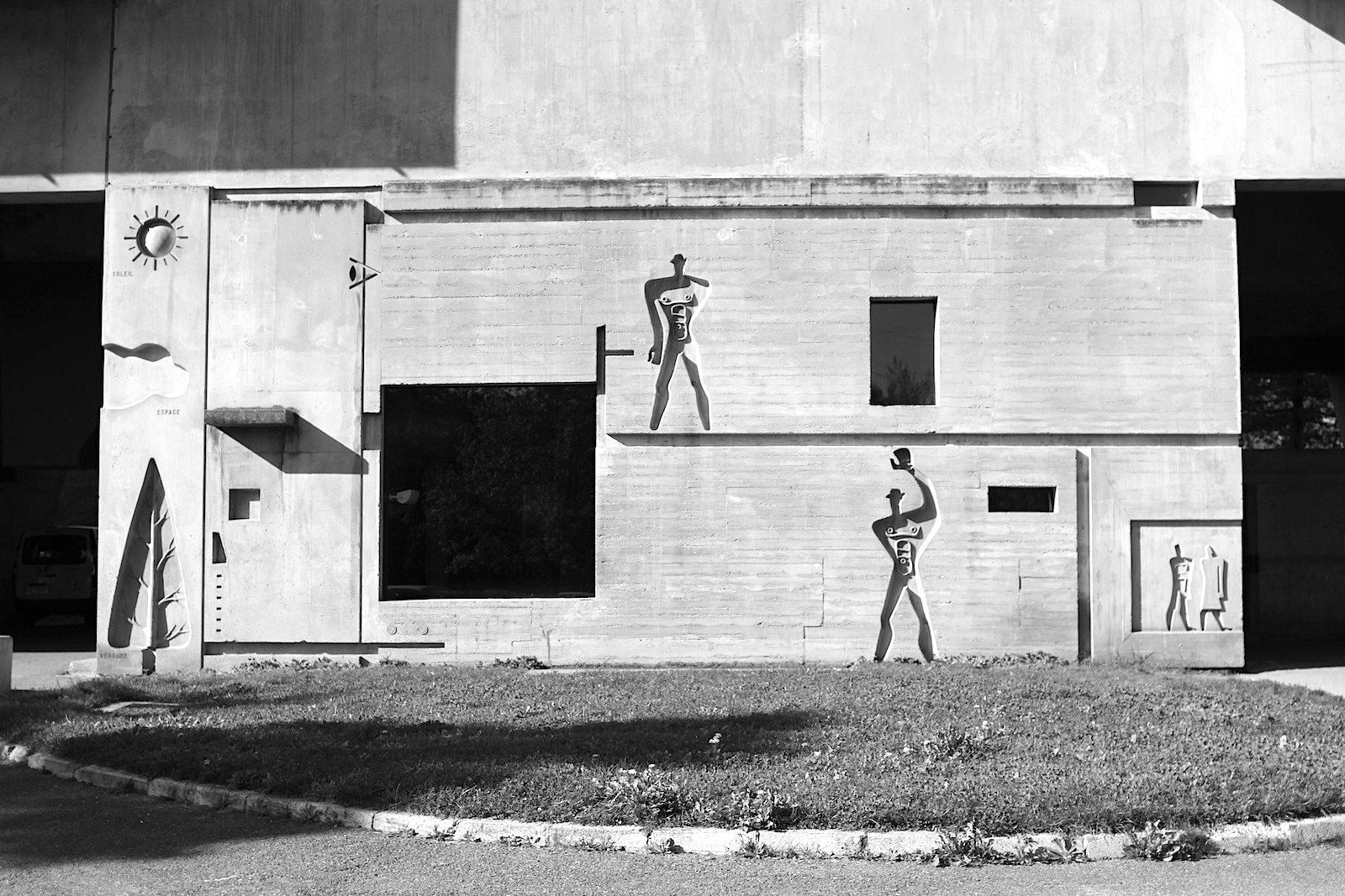 """Maßstab. Schnitt einer Wohnung in der Unité d'Habitation mit dem von Le Corbusier entwickelten Proportionsschema """"Modulor""""."""
