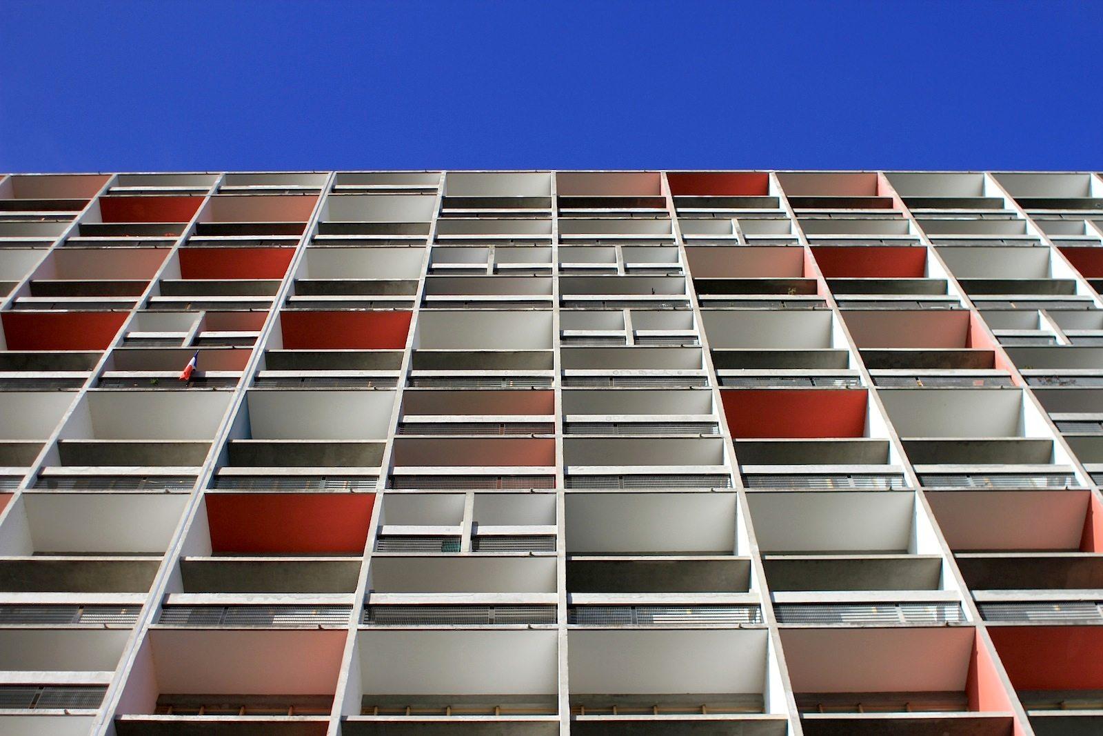 """Unité d'Habitation. """"Farbe ist… ein Auslöser starker Wirkungen. Farbe ist ein Faktor unserer Existenz."""" –Le Corbusier"""