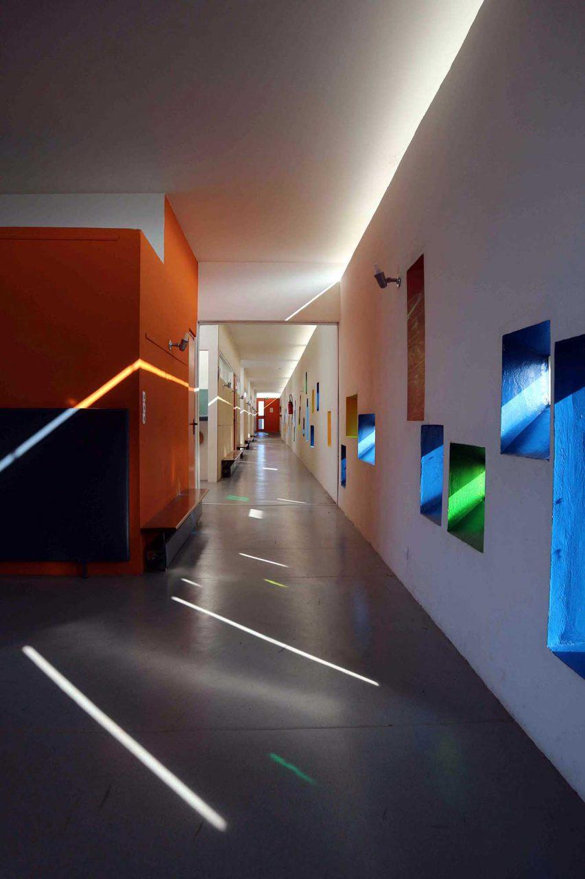 Unité d'Habitation. Für das 19. Geschoss hatte Le Corbusier eine Schule mit 8 Klassenräumen, Aufenthaltsbereichen und weiteren Räumen konzipiert.