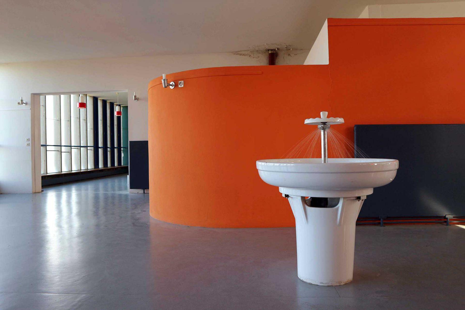 """Unité d'Habitation. Auf seinen Erfahrungen im Umgang mit Struktur, Volumen und Farbe entwickelte Le Corbusier eine puristische Farbenlehre für die moderne Architektur: die """"Polychromie Architecturale""""."""