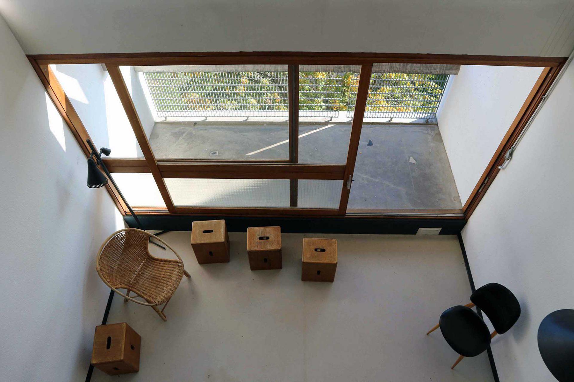 Unité d'Habitation. Hauptelement jeder Wohnung ist der doppelgeschossige Wohn- und Aufenthaltsbereich. Er schließt direkt an die vollverglaste Loggia an.