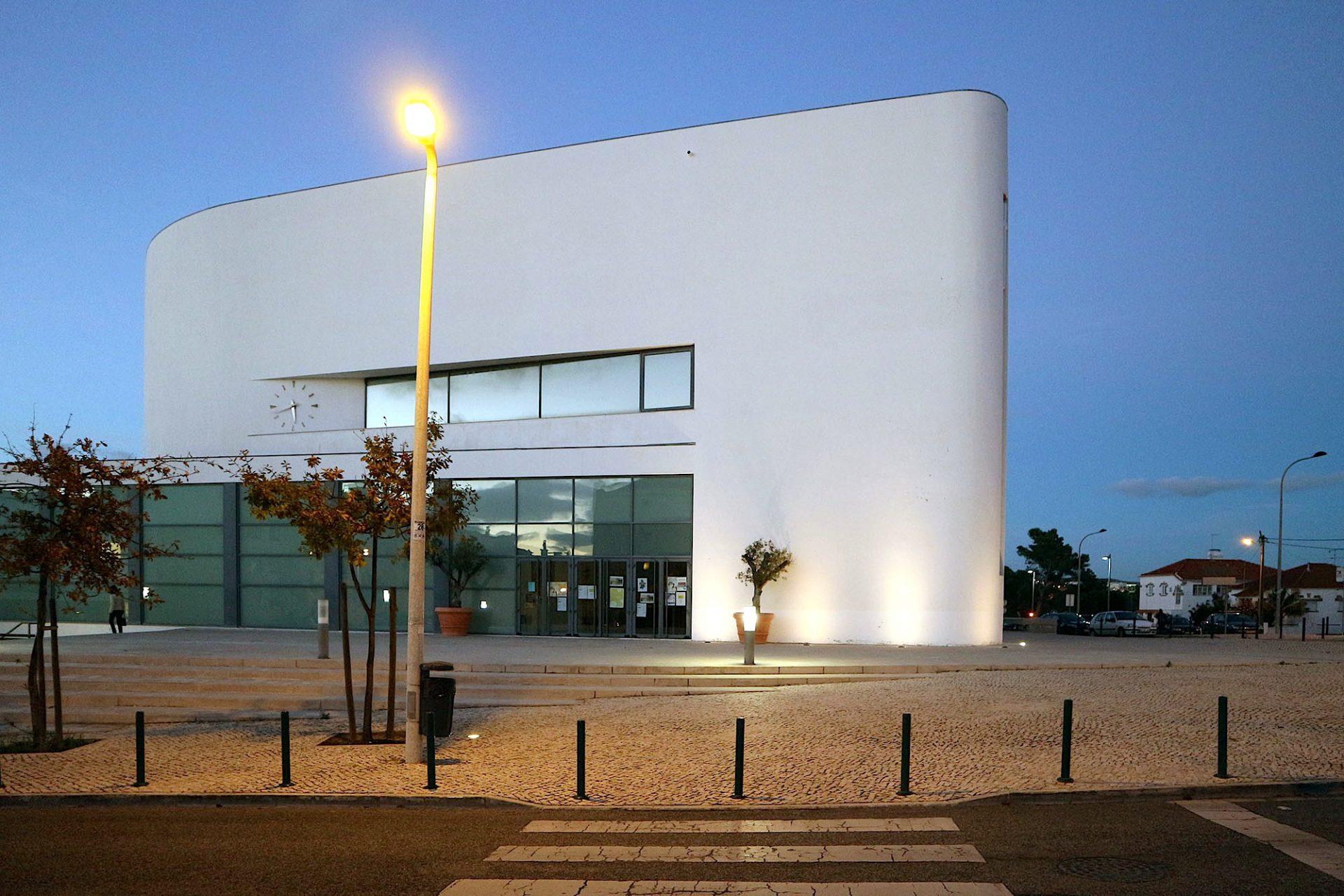 """Kirche Senhora da Boa Nova. Diesen Teil von Estoril bezeichnen die Anwohner als """"O Bairro do Fim do Mundo"""": das """"Viertel des Endes der Welt"""", ein lange Zeit vernachlässigtes Viertel mit mehrstöckigen Wohnblöcken abseits der schönen und touristischen Ecken der Küstenstadt."""