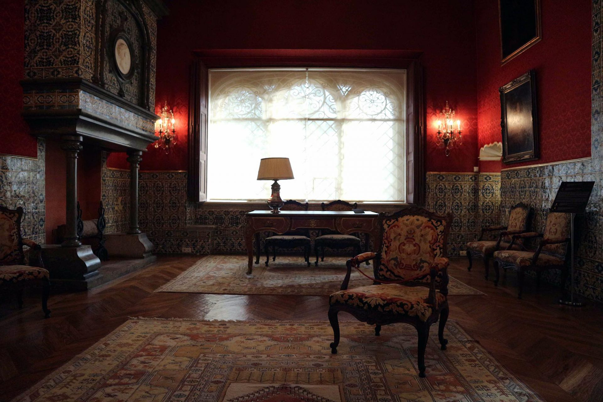 Museumsbibliothek und Palast der Grafen von Castro Guimarães.  Eine Zeitreise in die Ära der Adelshäuser um das Jahr 1900.