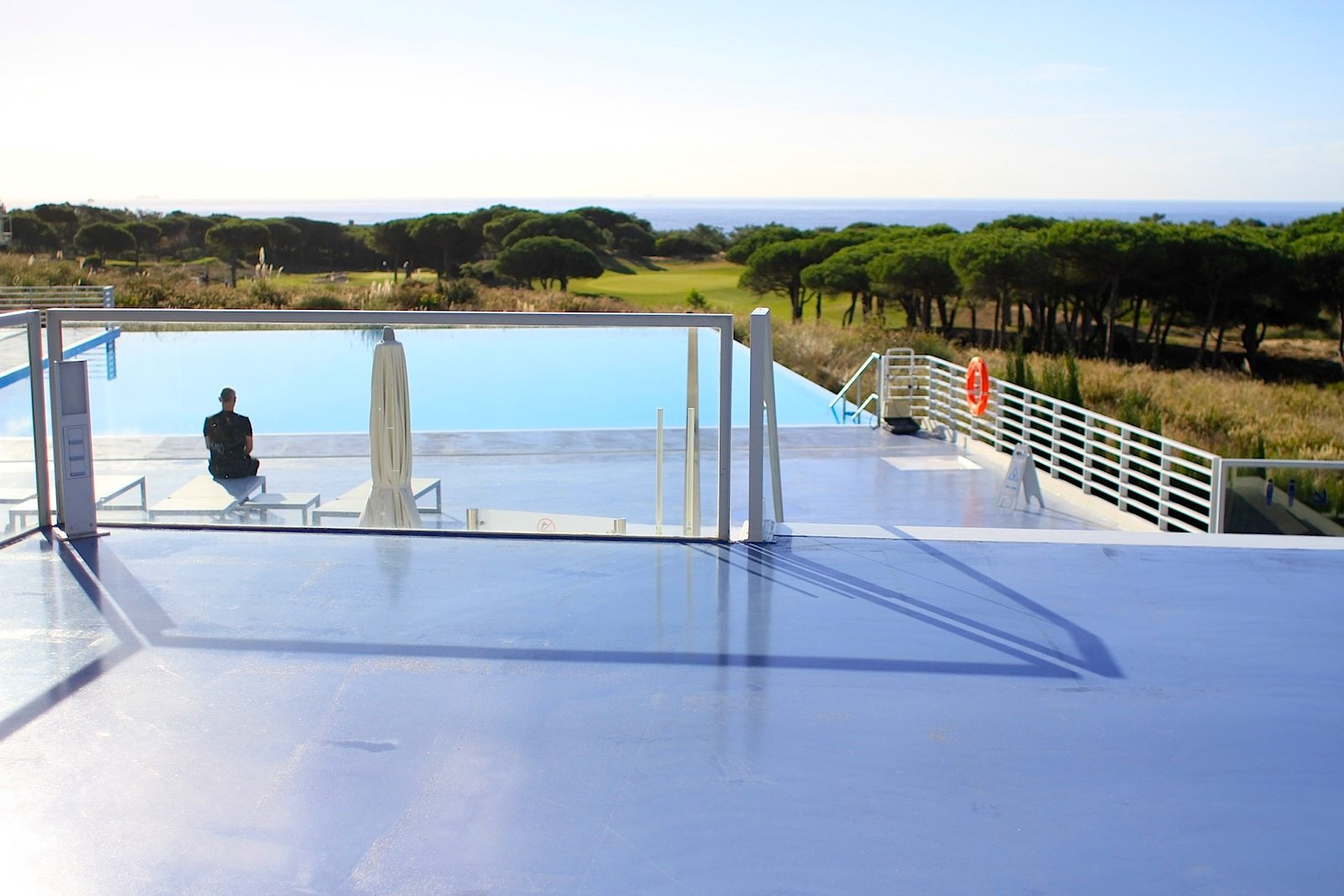 The Oitavos. Alles im Hotel ist auf die umliegende Naturlandschaft mit dem Schirmkieferbestand und den Ausblick auf den Atlantik ausgerichtet.