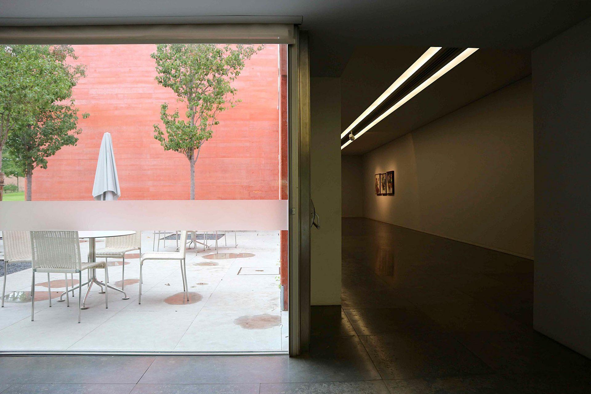 """Haus der Geschichten Paula Rego.  """"Es war meine Absicht, dass jeder Ausstellungsraum eine Öffnung nach außen zum Garten haben sollte. Es ist nie zu viel oder falsch, die abstrakte und total künstliche, artifizielle Realität der zeitgenössischen Kunst der Realität, die uns umgibt, gegenüberzustellen."""" Eduardo Souto de Moura"""