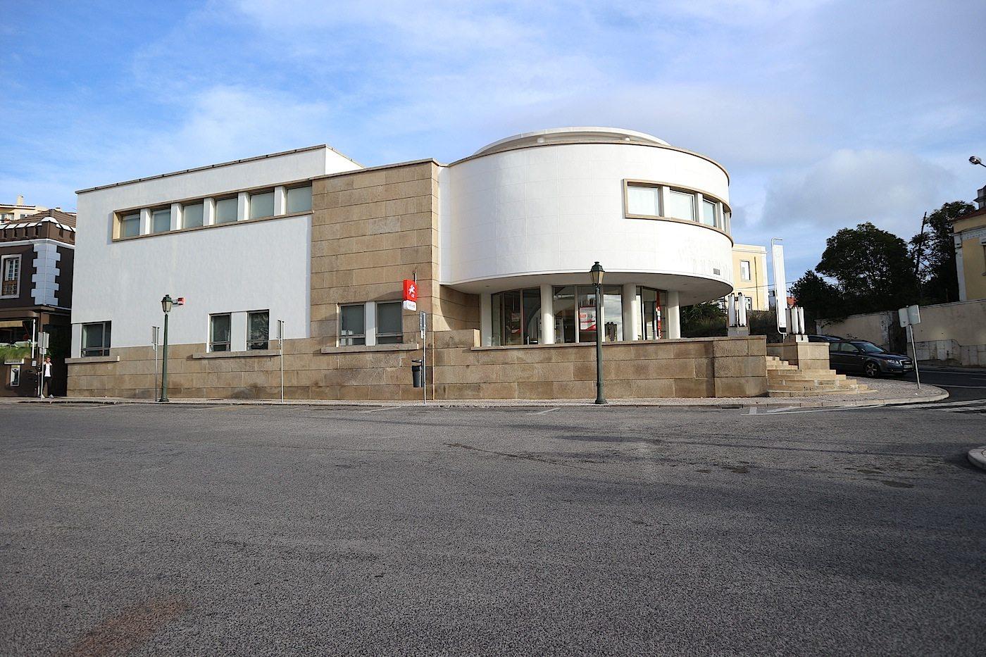"""Postamt Estoril. Der Bau wie viele andere aus jener Ära stand für die moderne Architektursprache des """"Estado Novo"""", des neuen Staates."""