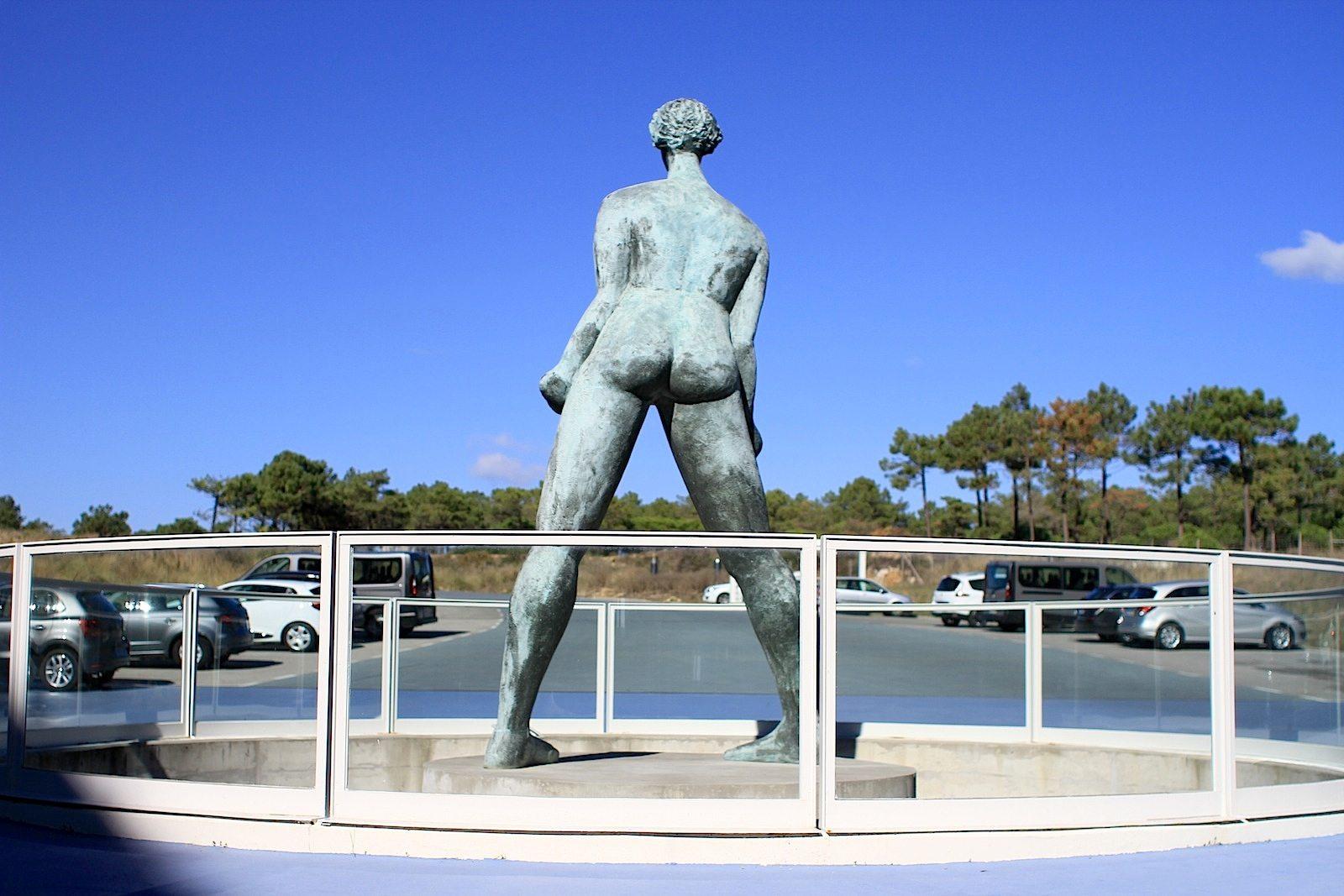 The Oitavos. Der portugiesische Architekt José Amaral Anahory plante nicht nur das Gebäude, sondern war auch für die Kunst und die Skulpturen im und am Hotel zuständig.