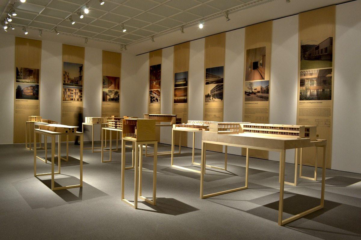Bauen mit Holz. Ein Projekt des Architekturmuseums und der Professur für Entwerfen und Holzbau der Technischen Universität München mit einem klar strukturierten Ausstellungskonzept.
