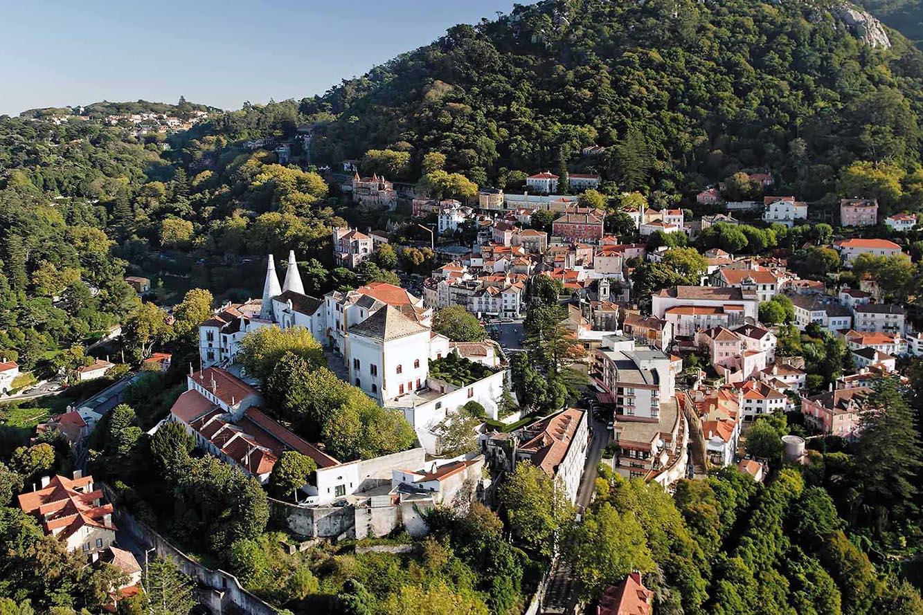 Majestätisch.  Die Sommerresidenz der portugiesischen Könige der Palácio Nacional de Sintra ist das Herz der Stadt.