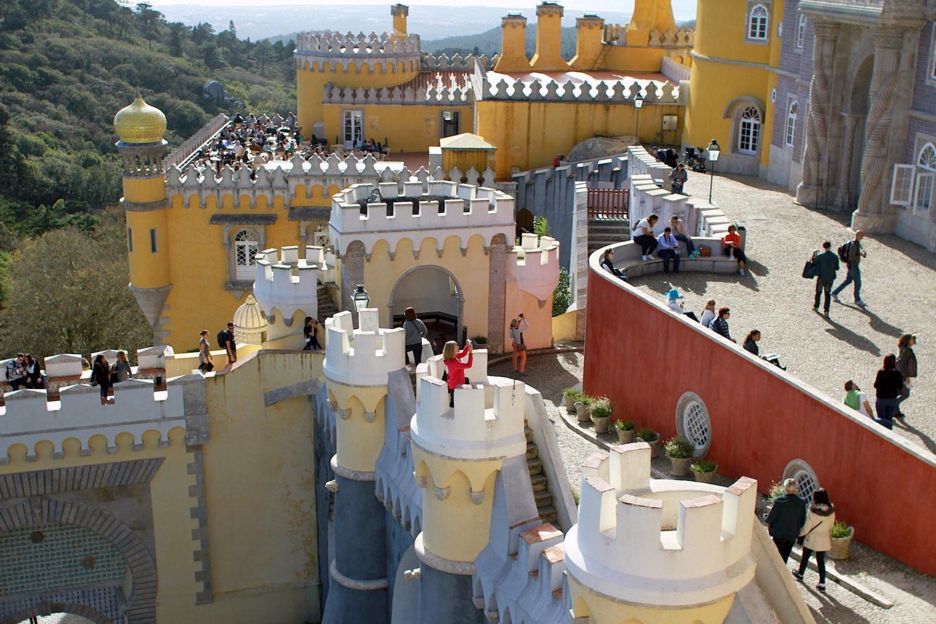 Palácio Nacional da Pena.  Jede Menge Zinnen, Minarette und andere Türmchen bestimmen die Silhouette des Schlosses.