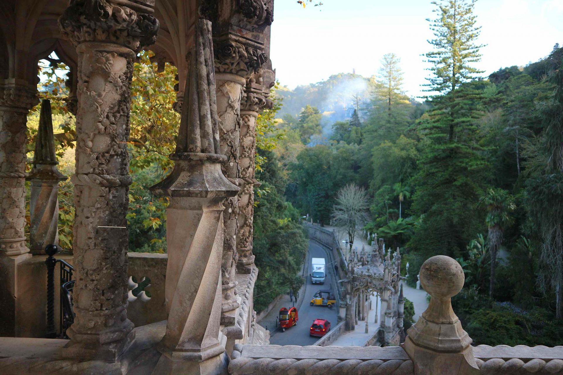 Quinta da Regaleira. Tuk Tuks ächzen über die Straßen durchs dichte Grün hinauf.