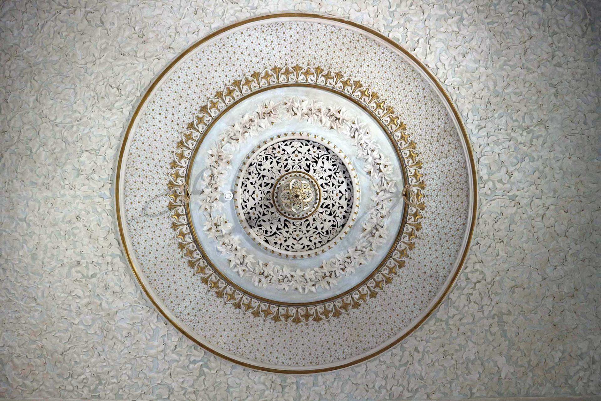 Palácio de Monserrate. Deckenkunst mal mit dem kräftigen Strich, mal mit dem feinen Pinsel. Wie hier.