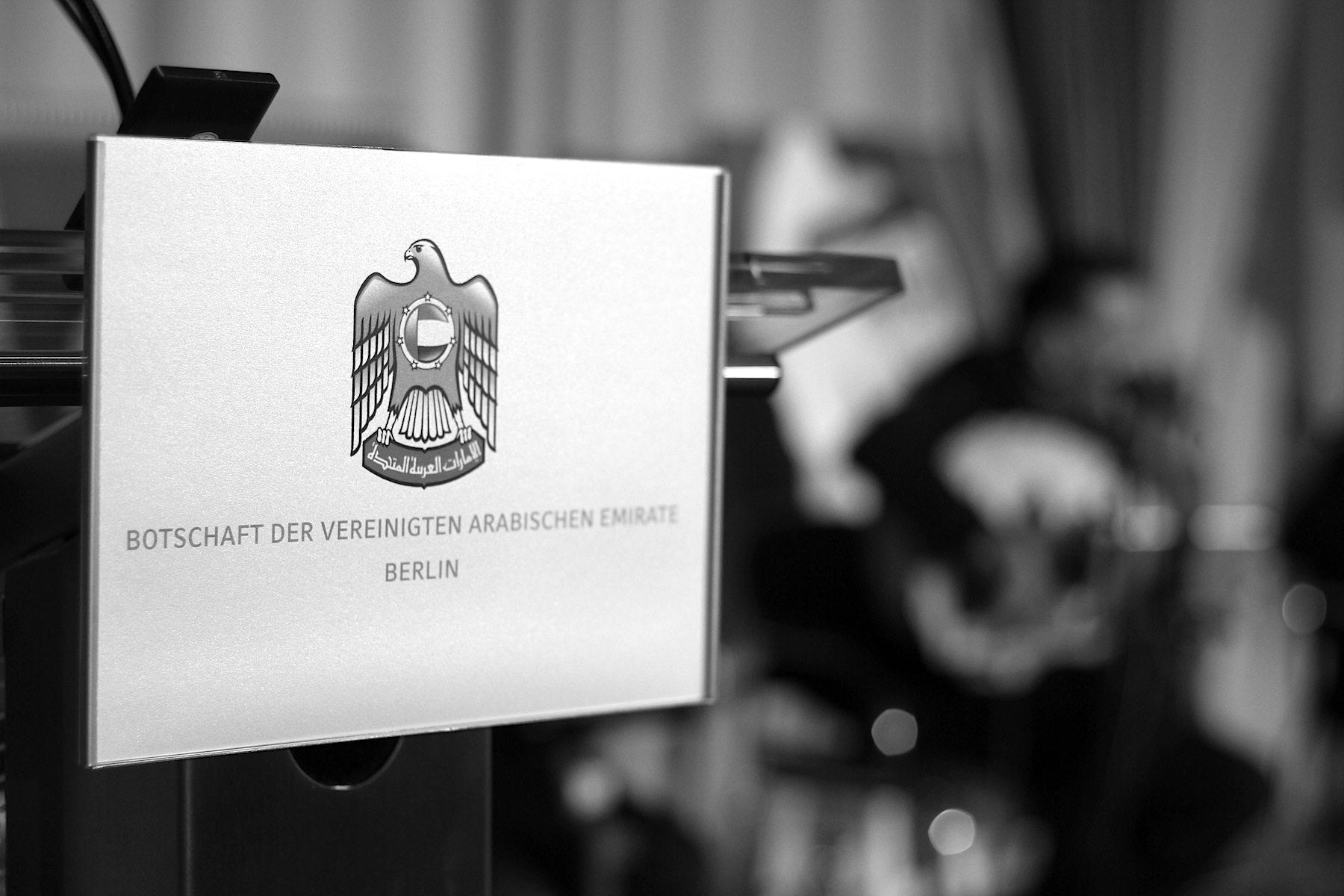 Botschaft. Seit diesem Jahr ist Ali Al Ahmed der Botschafter der Vereinigten Arabischen Emirate in Deutschland. Sein Amtssitz ist im Berliner Diplomatenviertel am Tiergarten. Hier ging er in seiner Rede zum Nationalfeiertag auf die engen wirtschaftlichen Beziehungen zwischen den VAE und Deutschland ein und betonte, dass die Emirate großen Wert auf die Förderung von Toleranz und friedlichem Zusammenleben in ihrem Land legen. Angesichts einer Ausländerquote von fast 90 Prozent mit mehr als 190 Nationalitäten eine wichtige Komponente des gesellschaftlichen Miteinanders.