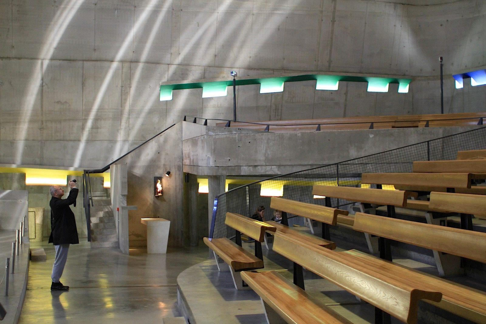 L'église Saint-Pierre.  Der für die Fertigstellung der Kirche verantwortliche Architekt und ehemalige Assistent von Le Corbusier, José Oubrerie, und weitere Verantwortliche der Denkmalpflege erklärten, dass der Bau trotz Konzessionen an die heutigen Bedingungen (Brandschutz, Sicherheitsvorschriften bei Notausgängen, Abflachung der Eingangsrampe für Behinderte, der Einbau eines Fahrstuhls) werkgetreu sei.