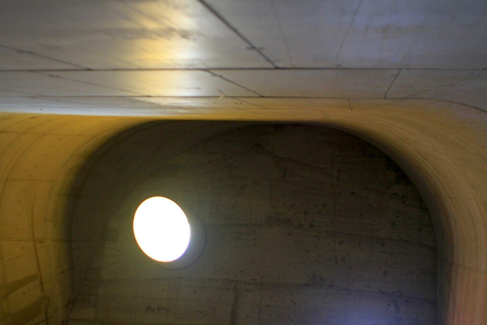 """L'église Saint-Pierre.  Betreiber, Gralshüter und Vermarkter der Kirche sowie der anderen Le Corbusier-Bauten ist die Site Le Corbusier. Der wichtigste Unterstützer ist der Städteverbund """"Firminy – Saint-Etienne Métropole""""."""