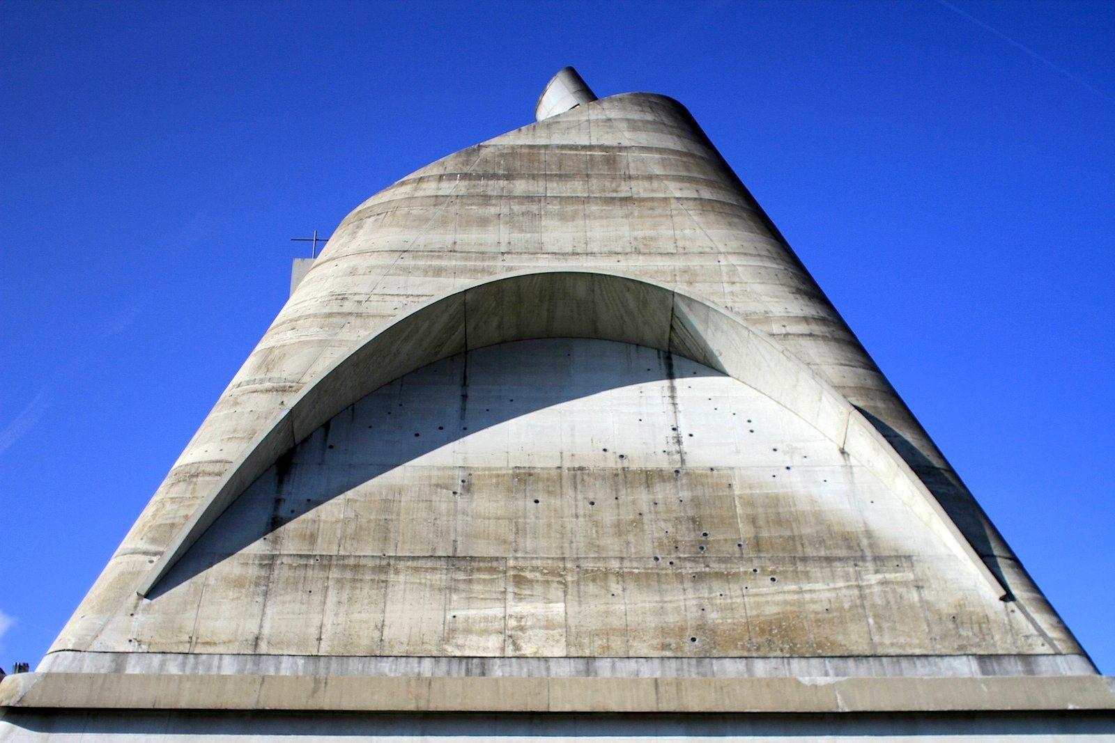 L'église Saint-Pierre. Die Betonwand ist 22 cm dick und an der Ostseite mit mehreren Dutzend Minifenstern versehen. Diese Fenster ...
