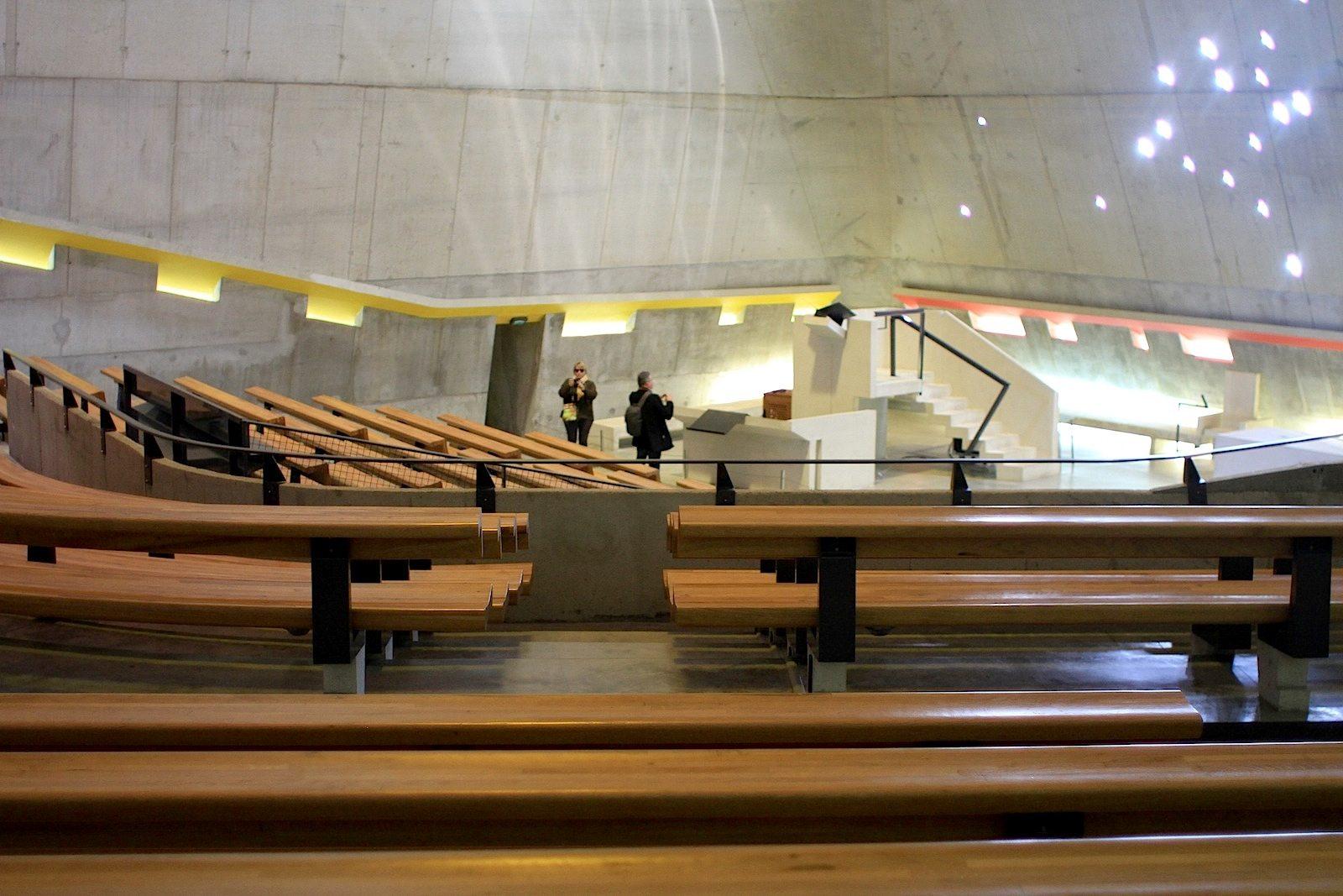 L'église Saint-Pierre.  Die Zylinder aus Plexiglas zeigen das Sternbild des Orion.