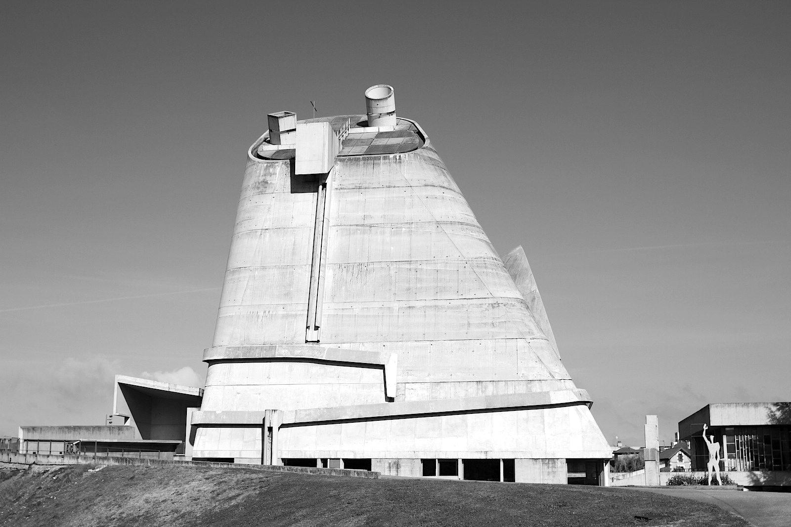 """L'église Saint-Pierre.  """"Kohleeimer"""" ist neben """"UFO"""", """"AKW-Turm"""" und """"Schlot"""" auch eine gängige Bezeichnung der Kirche."""