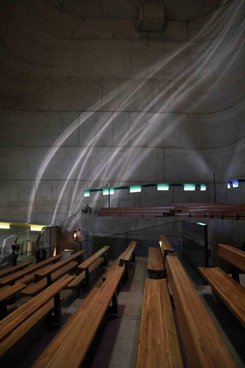 L'église Saint-Pierre.  Die Lichtbänder werden in ihrer Linienführung durch die gekippten Betonwände verstärkt.