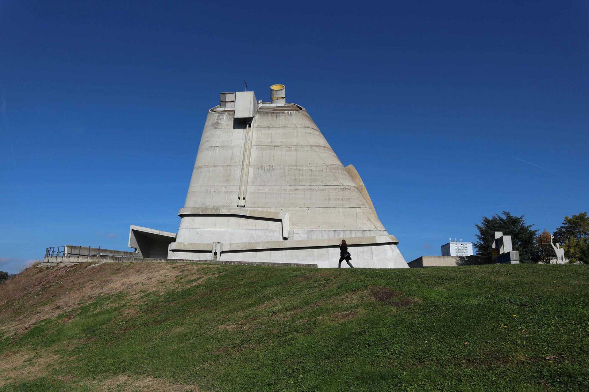 L'église Saint-Pierre. Der Kegelbau ist auf einem quadratischen Grundriss errichtet mit aus dem Dach hervorstoßenden Lichtkanonen.