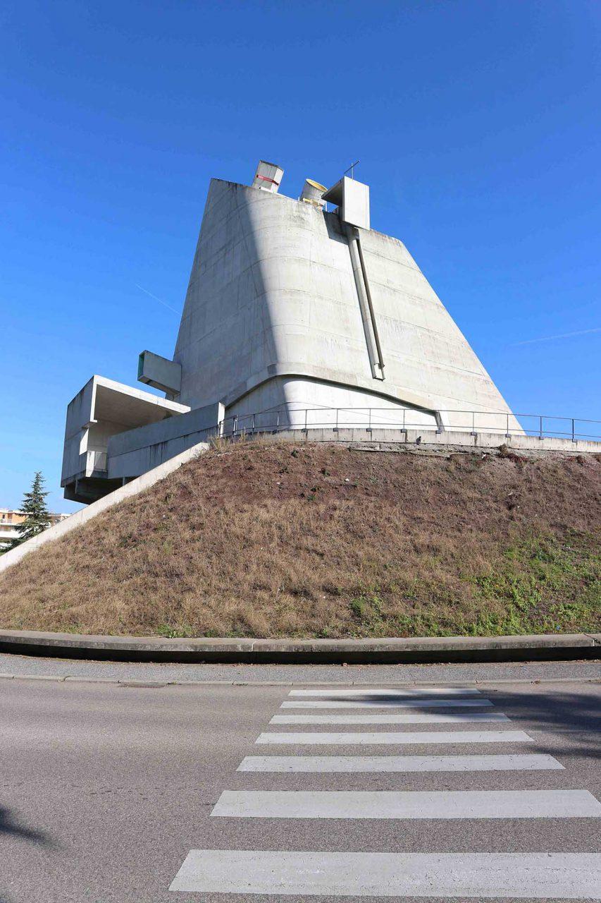 L'église Saint-Pierre.  Die quadratische Grundfläche misst 25,5 Meter, die Kirche erreicht eine Höhe von 33,09 Meter.