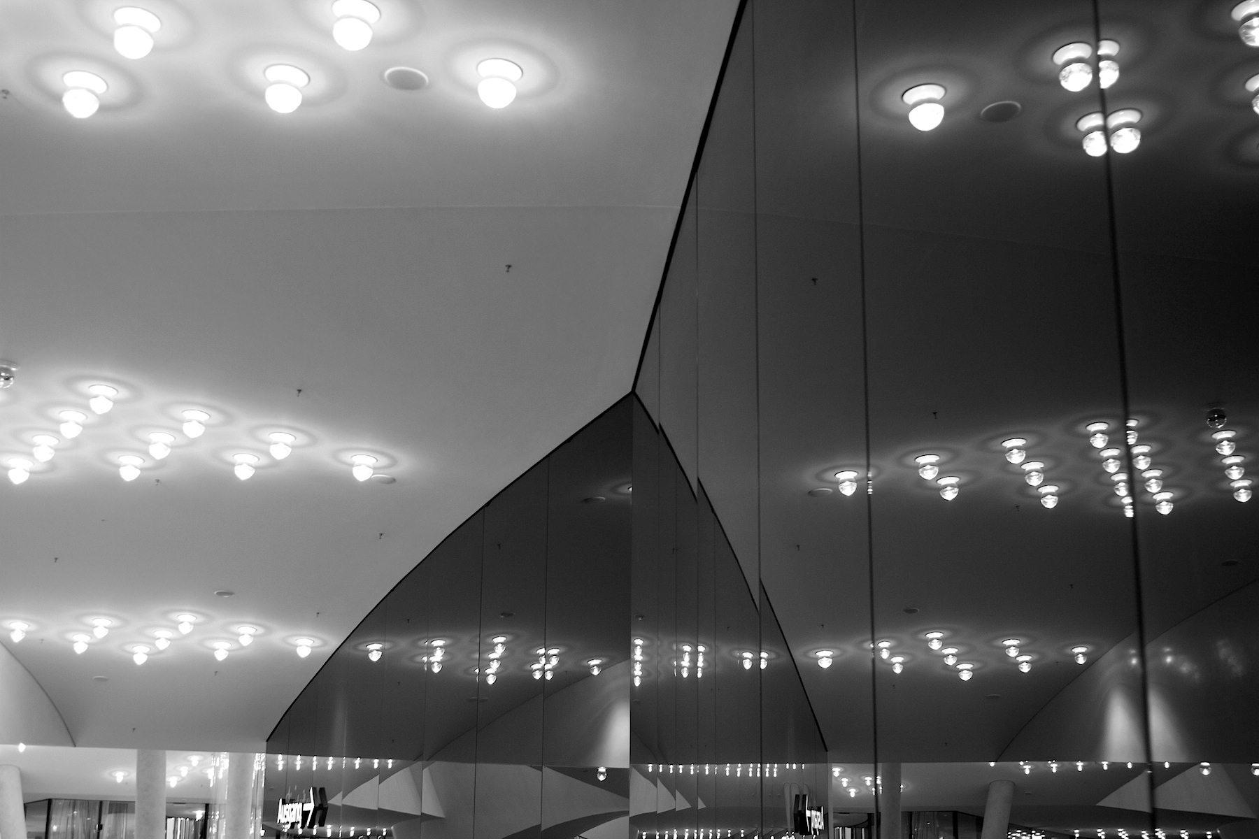 Abbild.  Spiegelung der Leuchtkörper in der Plaza.