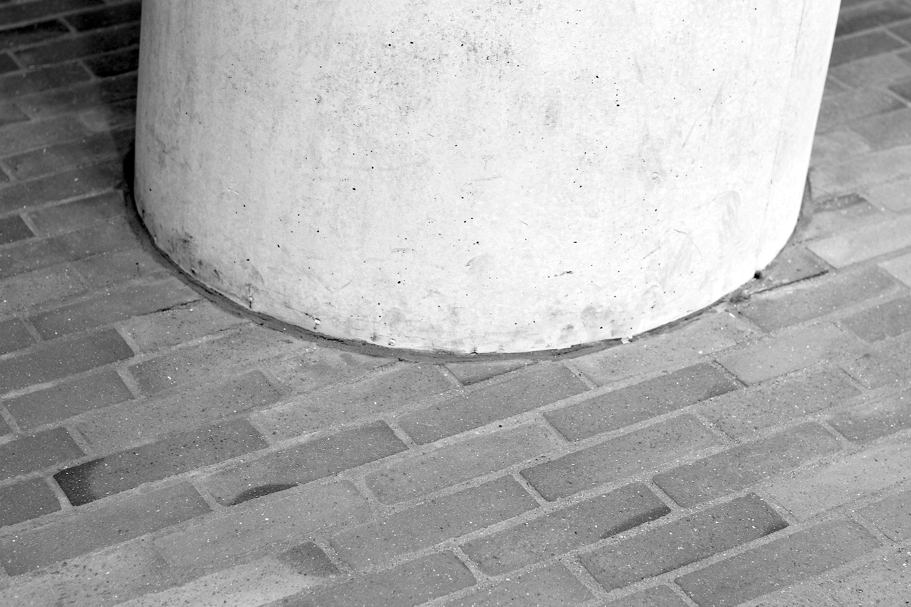 Treffen.  Beton trifft Backstein auf der Außenplaza.