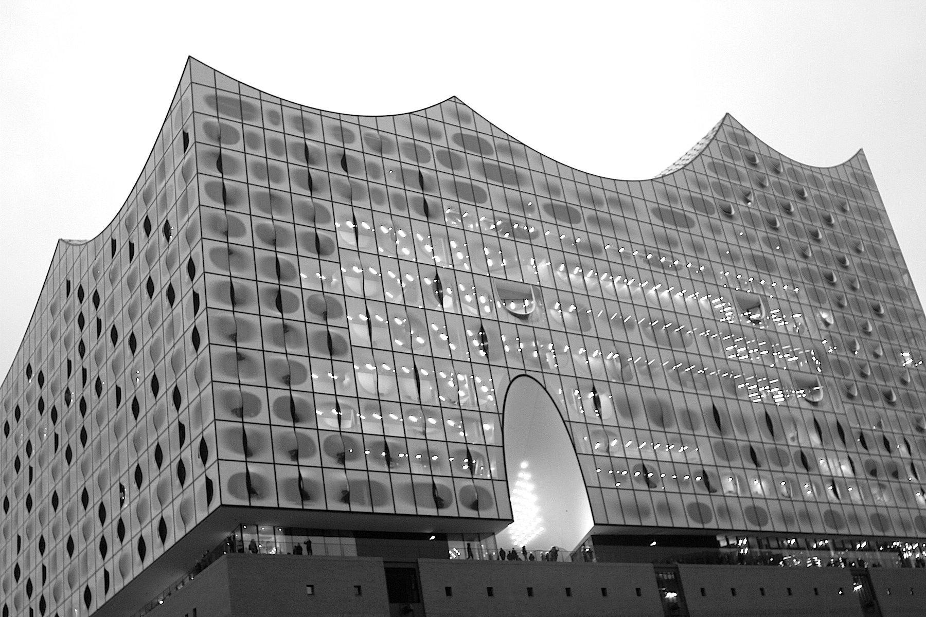 Klangkörper. Für das 700 Tonnen schwere Dach wurden etwa 1.000 Stahlträger verbaut, jedes ein Unikat und eine 3D-Konstruktion. Die über 5.800 Dachpailletten sind aus Aluminiumpaneelen und haben eine Polyester-Pulverbeschichtung.