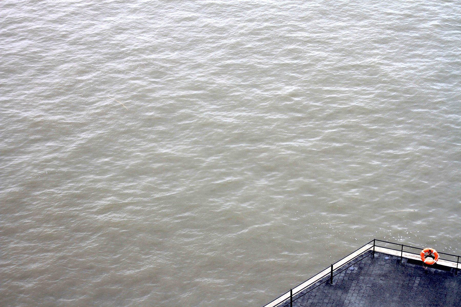 Fluss.  Blick von der Außenplaza auf die Elbe und eine Ecke.