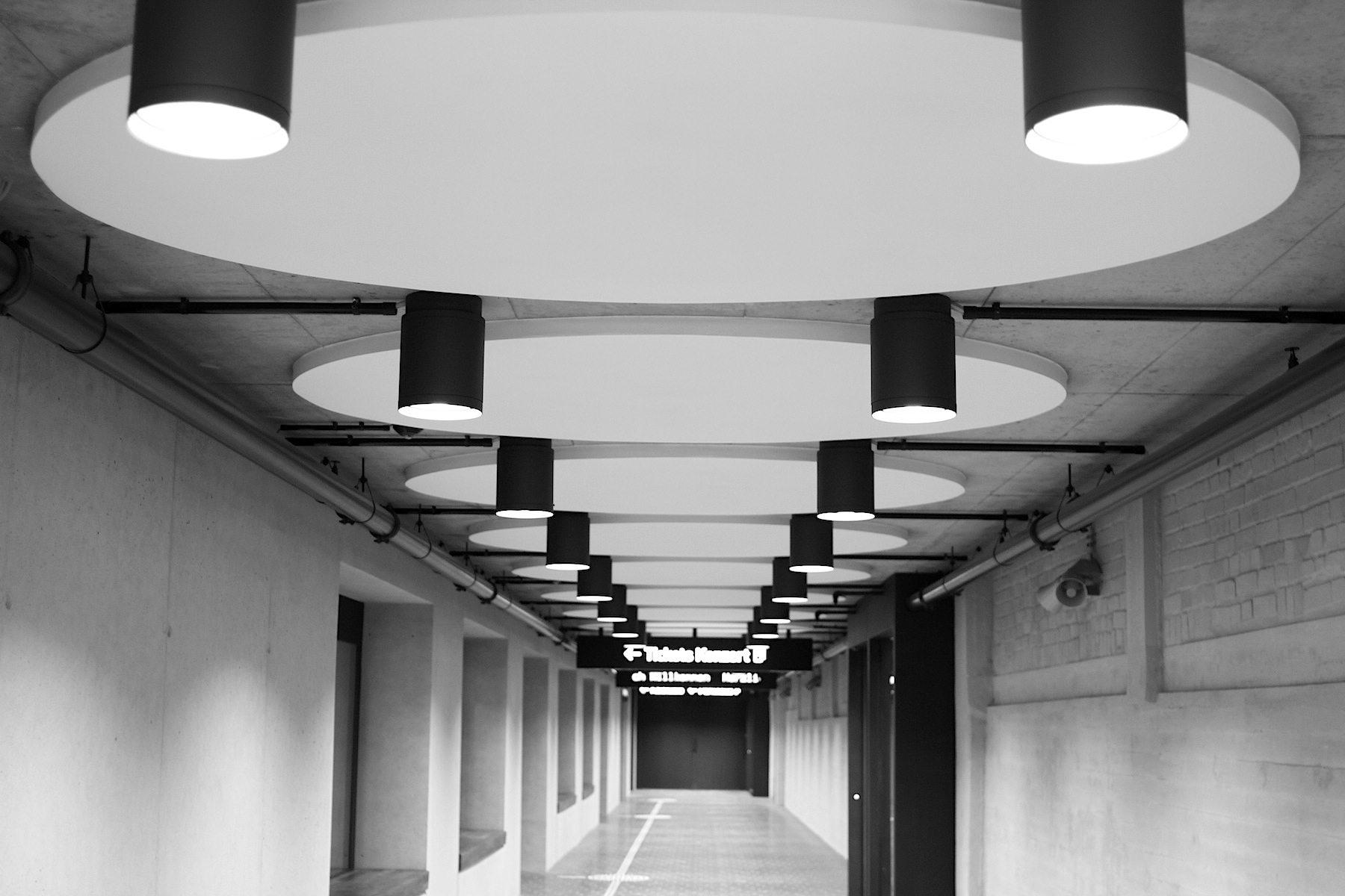 Symmetrie. Korridor zum Ausgang und Parkhaus.