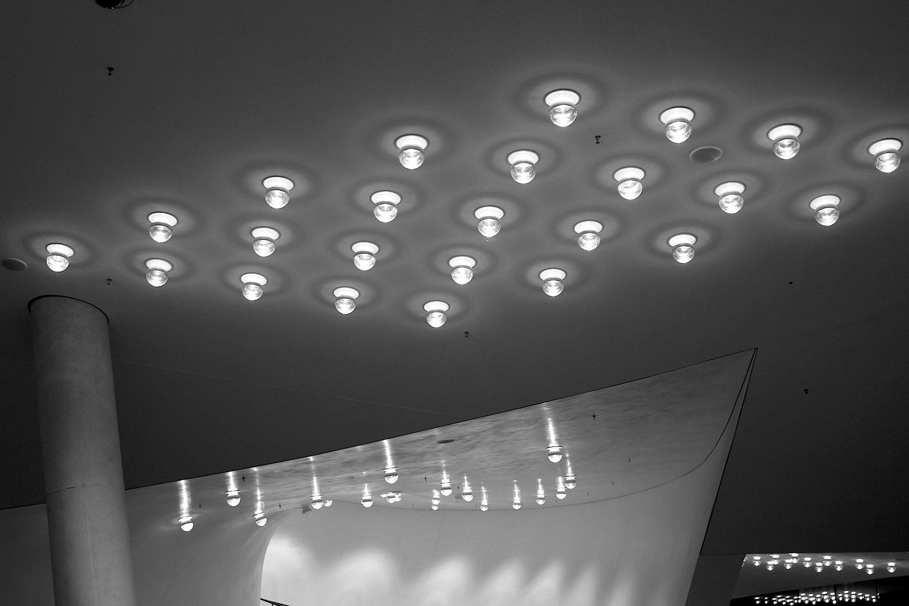 Anzahl. Insgesamt wurden 600 der halb verspiegelten Leuchten eingebaut.