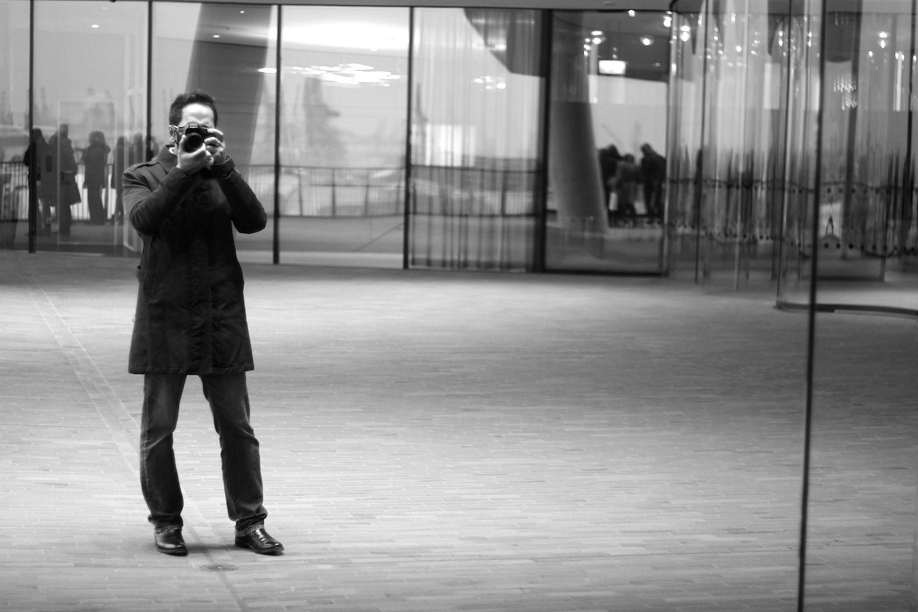 Selfie. Außenplaza mit THE LINK-Autor Jan Dimog.