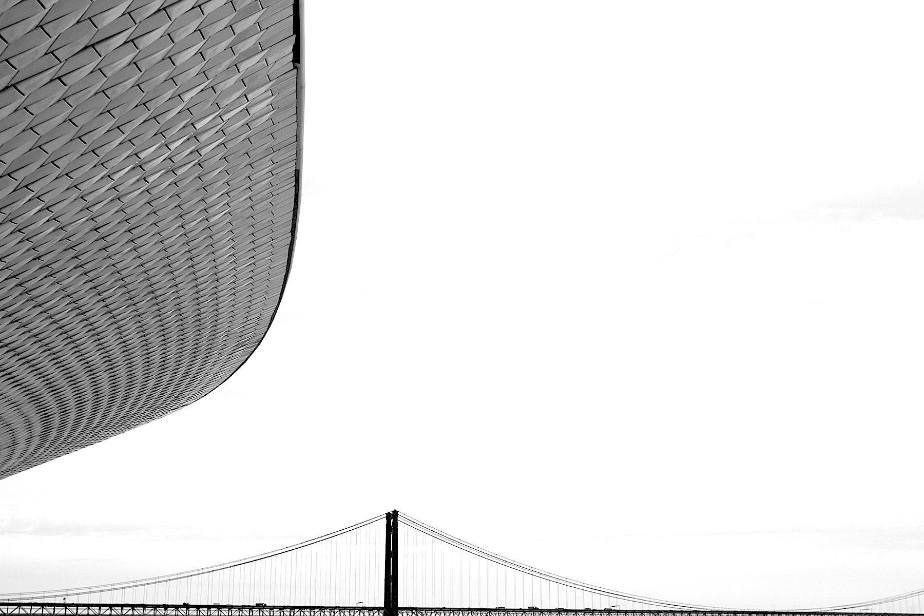 MAAT.  Das Dach der Kunsthalle und die Brücke Ponte 25 de Abril.