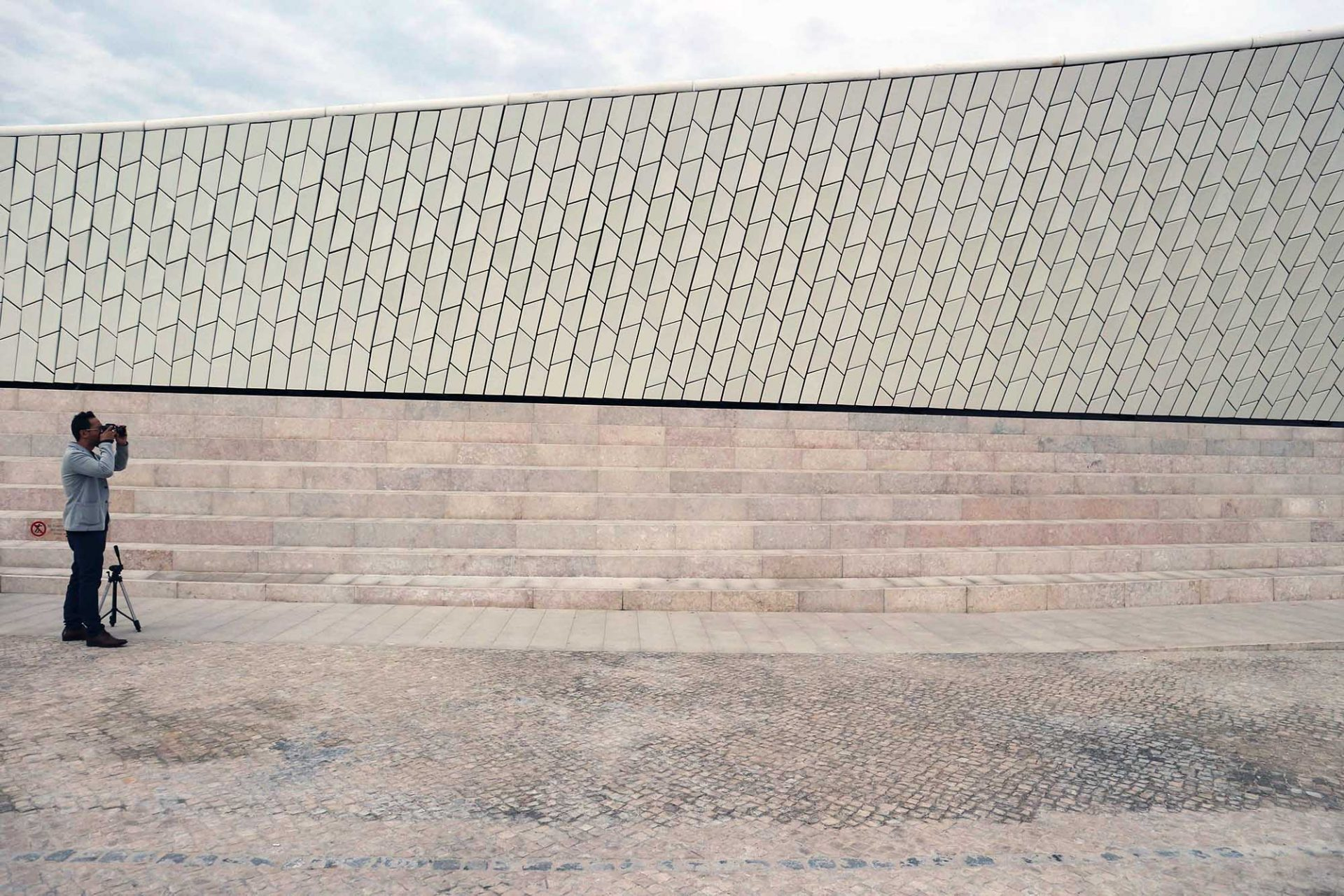 MAAT. THE LINK-Autor Jan Dimog und das Treffen der Materialien und Formen der neuen Kunsthalle.