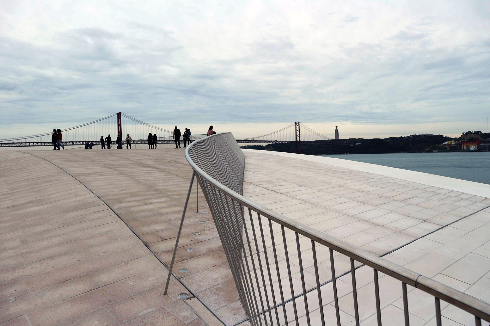 """MAAT.  AL_A beschreibt es so: """"A new public space is formed on the roof of the building. By day, the roof is a place to meet, with views over the river and across to the old city. By night, it becomes an outdoor cinema framed by the romantic panorama of historic Lisbon."""""""