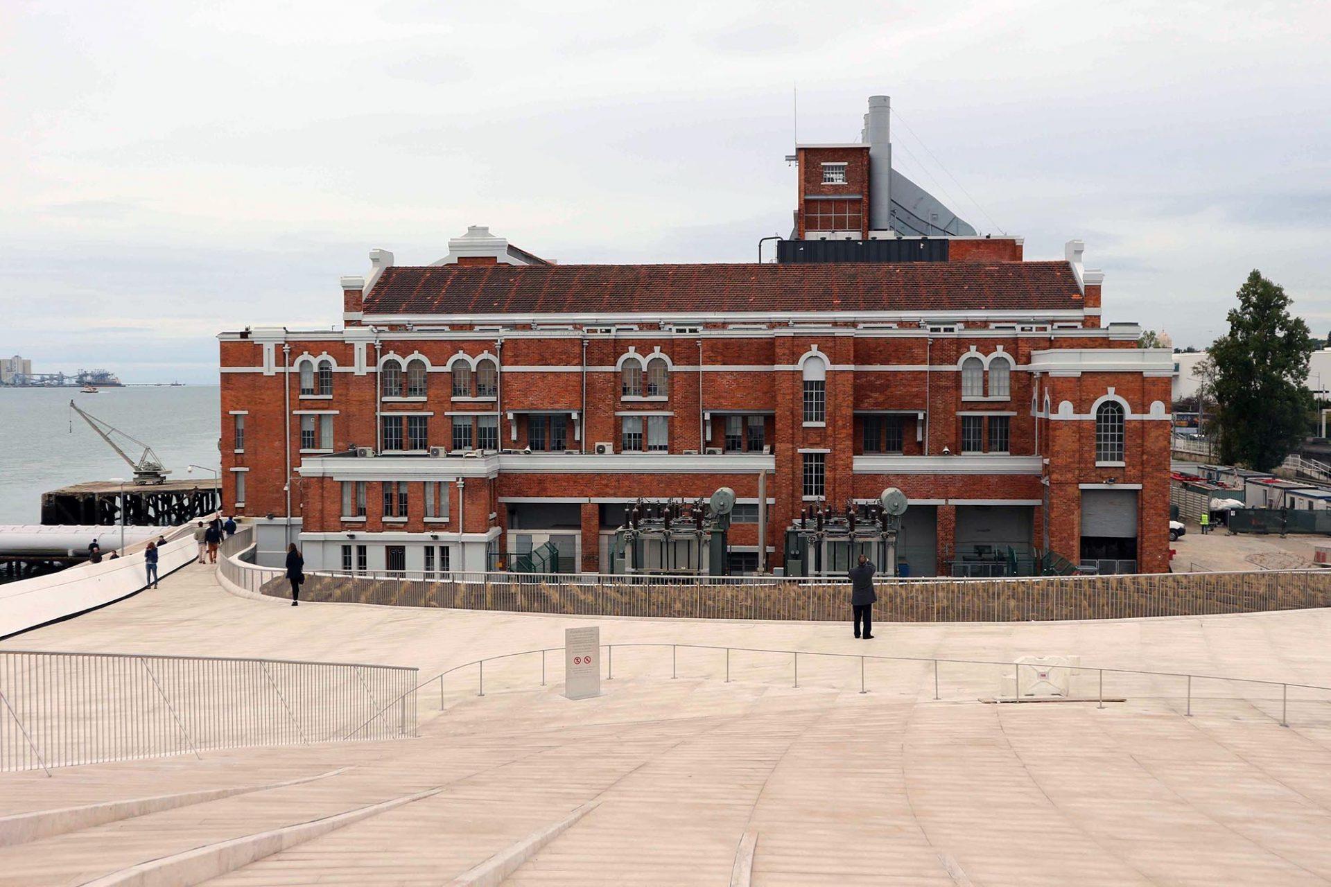 MAAT. Das Industriedenkmal wird seit 2006 als Kulturzentrum und Museum genutzt. Zusammen mit der neuen Kunsthalle bildet das Klinkergebäude den MAAT-Komplex.
