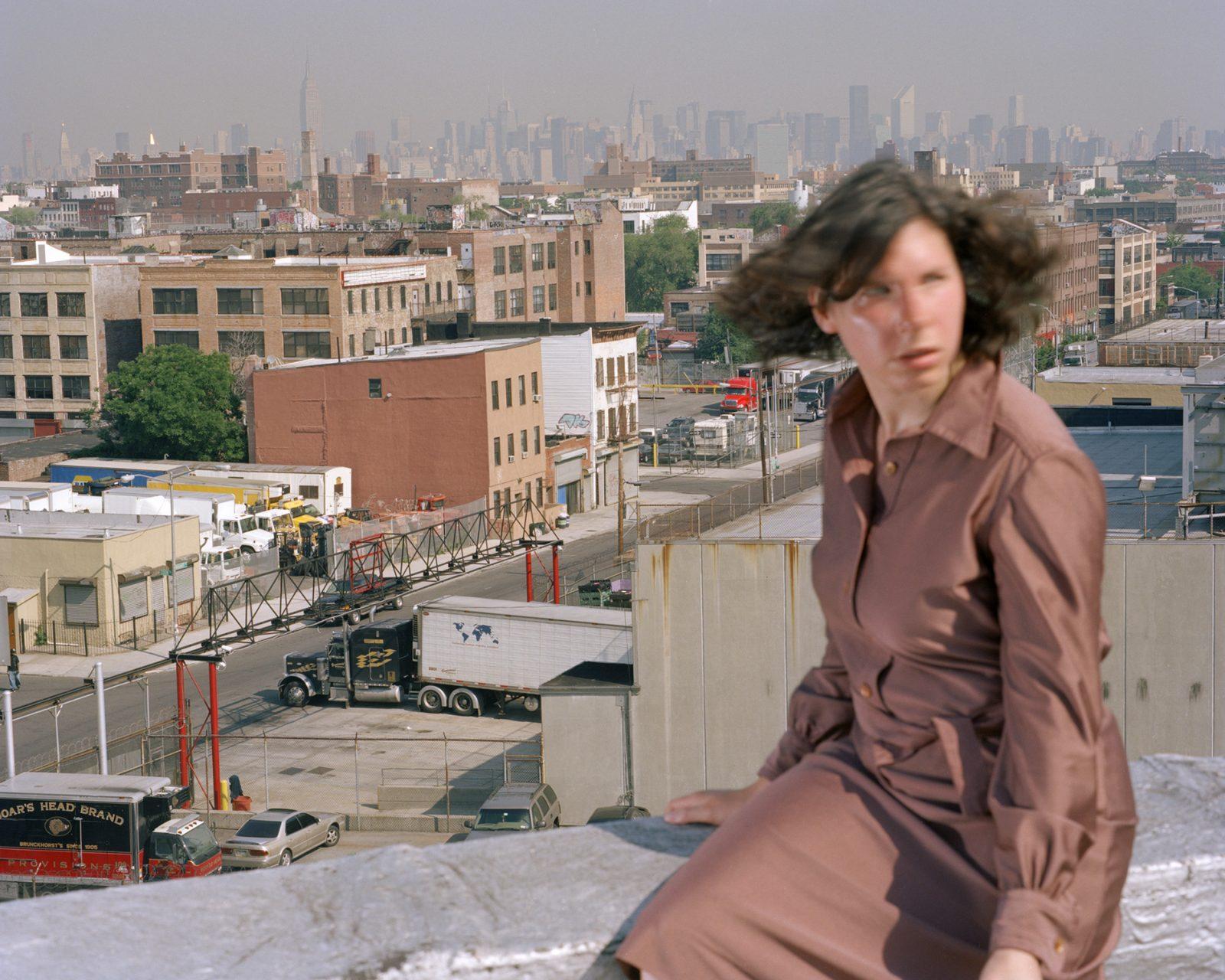 Nebenschauplätze – Gefälle #4. Fotokünstlerin Bettina Cohnen in New York City, USA. Sie liebt die Verwandlung: für ihre künstlerischen Arbeit erfindet sie sich immer wieder neu und inszeniert sich selbst im Stadtraum, in Interieurs oder in fiktiven Architekturmodellen. Wie eine Schauspielerin auf der Bühne reagiert sie dabei auf den vorgegebenen Raum und untersucht, wie die räumliche Umgebung unseren Handlungsspielraum definiert, unsere Sinne und Emotionen bestimmt.