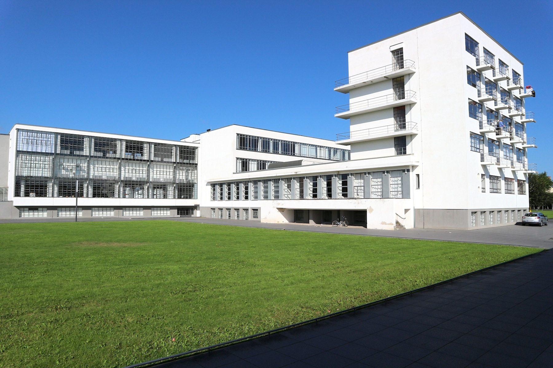 Ensemble. Die straßenabgewandte Seite des Bauhausgebäudes.