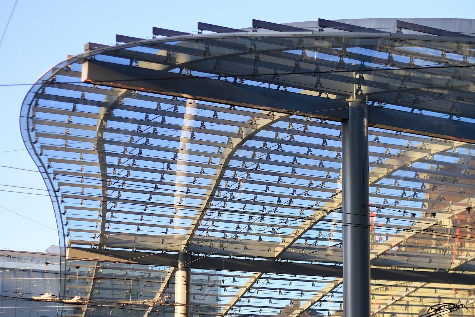 Ausmaße. Der Baldachin erreicht eine Ausdehnung von 85 Meter Länge, 11 bis 41 Meter Breite und eine Höhe zwischen 3 und 10 Meter. Die Glasfläche beträgt insgesamt 2350 Quadratmeter.