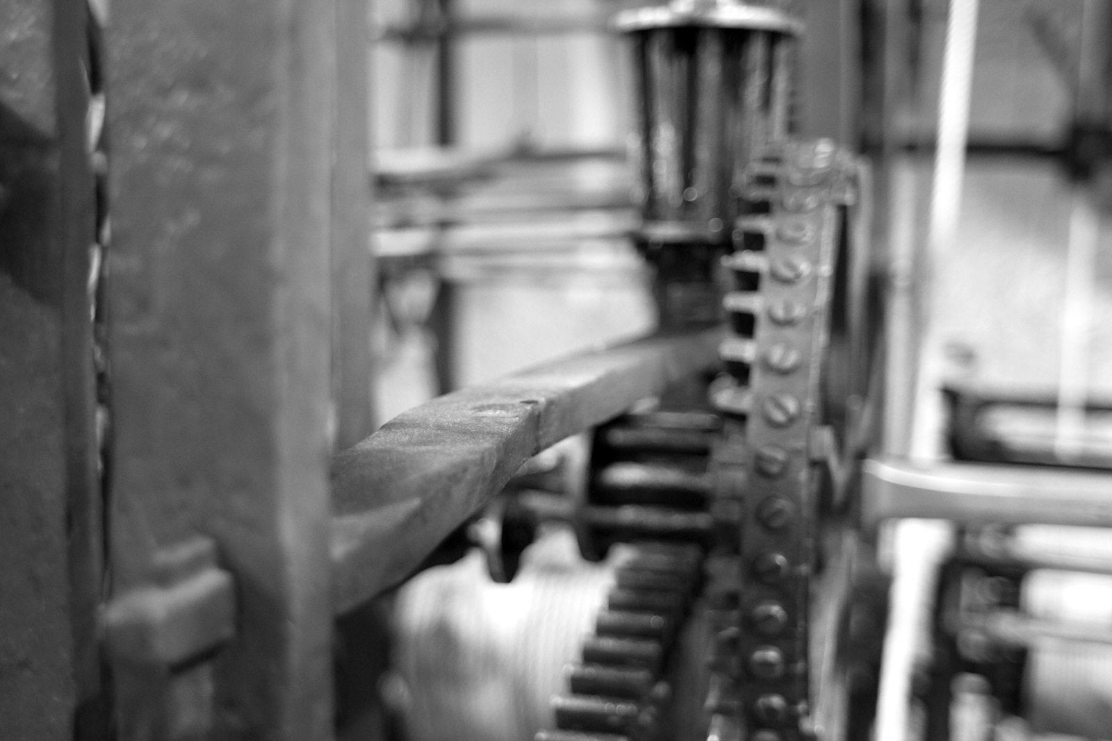 Gehwerk. Von der Stundenachse des Gehwerks aus werden die Zeiger über den beiden grossen oberen 12-Stunden-Zifferblättern und die Astrolabiumsuhr angetrieben.