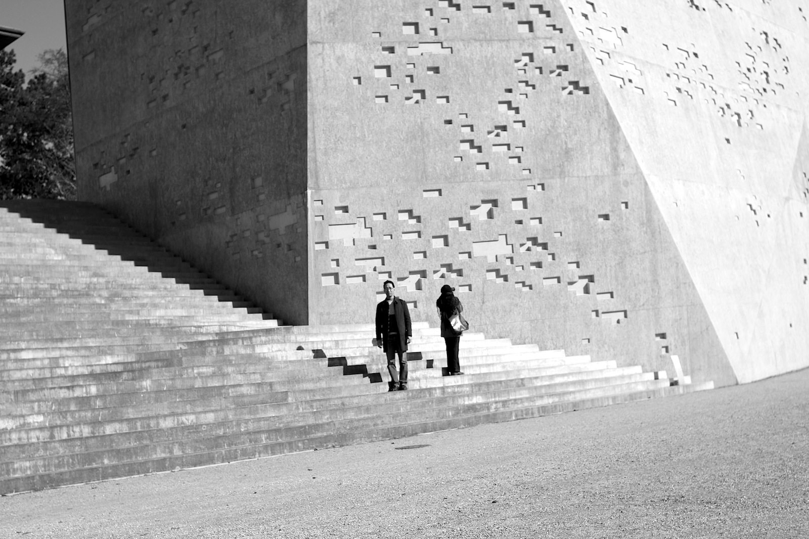 Duo. Reporter Jan Dimog und Fotokünstlerin Bettina Cohnen (re.) vor dem Erweiterungsbau des Bernischen Historischen Museums.