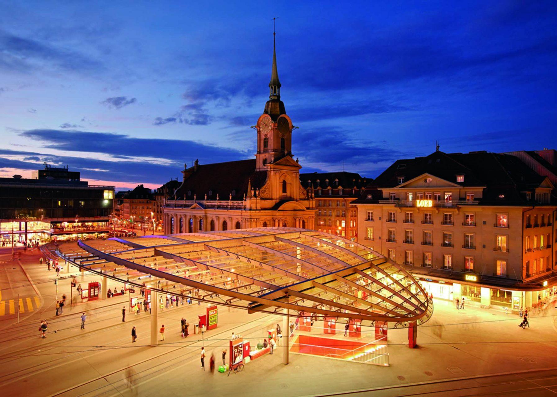 """Gläsern. Projekt """"Neuer Bahnhofsplatz Bern"""": geplant von marchwell Zürich, BSR Architekten Bern und Atelier 5 Bern. Ingenieur: Walt + Galmarini AG Zürich. 2009 wurde der Baldachin mit Schweizer Stahlbaupreis Prix Acier ausgezeichnet."""