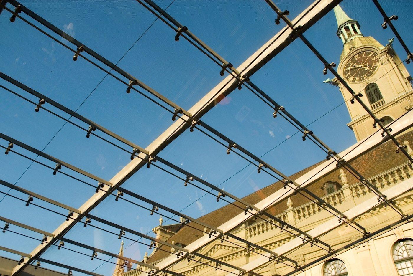 Sinnbild. Eine gläserne Haut mitten im historischen, denkmalgeschützten Stadtteil von Bern? Geht gar nicht, so die einhellige Reaktion zu Beginn der Planungen. 2008 waren die Arbeiten abgeschlossen und inzwischen ist der Baldachin ein wichtiger Teil der Altstadt.