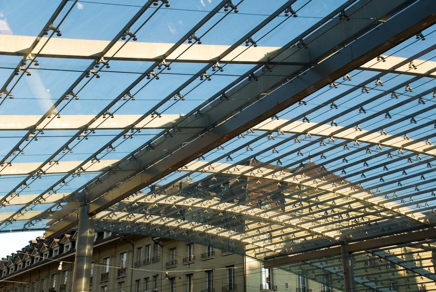 Vielschichtig. Der Baldachin bildet eine anspruchsvolle Geometrie mit Krümmungen, Unparallelität und unterschiedlichen Höhen. 530 verschiedene Glasplatten aus Verbundsicherheitsglas (VSG) sind mit Punkthaltern an der Stahltragkonstruktion aufgehängt.